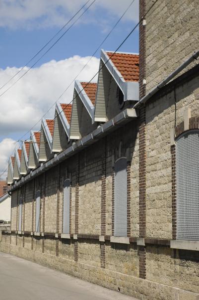 Les toits d'une usine, typique de la vie industrielle.