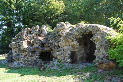 Le rocher du parc de la Béchère, dernier vestige du château.