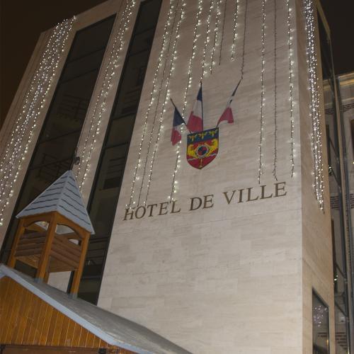 Les chalets du marché de Noël en place sur le parvis de l'hôtel de ville